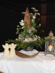 Kerstfeest 2015: De engelen zijn boodschappers uit de hemel. Zij brengen u het mooiste nieuws dat u ooit hebt gehoord! De witte uitbundige schikking symboliseert het feest vandaag; Jezus is geboren, jouw vrede vorst. De witte bloemen staan symbool voor schoonheid, reinheid en een nieuw begin. De hemel raakt de aarde. Jezus kwam op aarde, hij nam het licht mee. Nav Lukas 2.