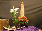 2015 tweede Advent: Achaz vroeg niet om een teken. God geeft het toch. (Jesaja 7: 10-17). De hemel raakt de aarde waar de harten worden geopend voor het wonder van God. Maria voelt zich aangeraakt door Gods liefde. Zij voelt zich dankbaar en neemt vol vertrouwen haar plaats in in Gods plan. De bol van de Amaryllus is het beeld van verwachting. De witte lelie staat voor de zuiverheid van Maria. De rode bloemen als symbool voor het ontvangen van Gods geest. Het laat ook zien hoe Maria het geschenk van God koestert met haar liefde. (Lucas 1)
