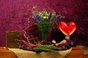 2016 Zesde Lijdenszondag: Jezus is liefde. Liefde is....... Liefde is zichtbaar rondom het kruis als Jezus sterft voor de zonden. Een moordenaar zelfs brengt Hij dan thuis, ook die heeft redding gevonden. De palmtak staat symbool voor overwinning. De rode kralen voor het lijden van Jezus. Maar ook voor de liefde. De bloesem takken als beeld voor een nieuw begin. Alle eer is voor God. Alle eer is voor Hem. Gezegend het hart dat open staat. Liefde is ….redding voor de wereld.
