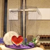 2016 Stille Zaterdag: De zwarte tule valt als een schaduw over ons en Jezus kruisdood heen. Magdala zag dat de steen voor de opening van het graf was weggehaald. Het lichtje en de klimop laten zien dat het licht van Pasen voorzichtig doorbreekt. Wij zien Jezus liefde voor ons! Nav Genesis 1 en 9 , Ezechiël 37 en Joh. 20.