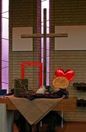 2016 Witte Donderdag: De stukken hout zijn de deurposten en dorpels die met bloed zijn bestreken. Het Pesach maal dat de discipelen en Jezus met elkaar gebruikten, met ongedesemd brood en wijn. Gij hebt mij Lief tot in de dood; dit is genadebrood en wijn. Op de achtergrond het kruis; voor dat wat komen gaat. Nav Exodus 12;1-11 en Matheus 26.