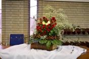 Huwelijk Wilma en Arjen. 2016-4-5. Het bloemstuk staat op de bijbel, zoals jullie leven is gebouwd op DE Rots, het fundament, de zekerheid en jullie houvast. Het rode hart staat voor liefde welke jullie elkaar en aan God geven. De klimop staat voor Gods trouw en is eeuwig groen wat voor hoop, groei, leven en toekomst staat. De kleur wit staat symbool voor zuivere liefde en feest wat deze bruiloft is. De 2 witte rozen zijn jullie, Wilma en Arjen. Jullie worden omringd door rode rozen, welke de lievelingsbloemen zijn van de bruid. En ze verbeelden de mensen om jullie heen, jullie familie, vrienden en geloofsgenoten. Het gipskruid verbeeldt jullie talenten en eigenschappen. De 2 handvormige bladeren onder de schikking, zijn als teken dat God jullie draagt en vasthoudt in zijn handen. De bessen rond het stuk zijn de vruchten die staan voor de wens dat jullie vrucht mogen dragen zowel in je relatie tot God als ook naar elkaar en in de samenleving. God zegent jullie!