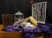 Derde advent 2016: Beloofd is beloofd.Belofte van bescherming; De projectverbeelding is een levensboom. De trouw van Ruth aan Naomi verdrijft meer en meer het donker in hun leven. De rode roos staat voor de liefde van Ruth voor Naomi. Bethlehem, het broodhuis, wordt een plaats waar de levens vreugde terug gevonden wordt. De korenaren staan voor de liefde van Ruth voor Naomi en voor Boaz. Het gevlochten brood, bestaande uit verschillende strengen, verwijst naar de liefde en trouw van God, die stevig verstrengeld zijn met het leven van de mensen. Advent vieren betekend ook dat we groeien in ons verlangen om steeds meer één te worden met Christus. Zodat we een leven leiden waarin dit waar is geworden; dat zijn Geest op ons rust. Ga met God en Hij …..zal met je zijn! N.a.v.; Ruth.