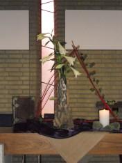 2014 Vierde Advent: Verlangen naar overgave. Maria geeft zich over om ruimte te maken voor het Kind van God. In de schikking zien we hoe, uit het verborgene, Gods liefde groeit.