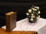 2015 Laatste Zondag van het Kerkelijk Jaar: Laatste zondag kerkelijk jaar. Er is een tijd om stil te staan en te herdenken en een tijd om verder te gaan. Soms staan we stil, straks gaan we verder maar de mensen van wie we houden die vergeten we niet. Wit is de kleur van liefde. Van Jezus voor ons en voor elkaar. De draad van de liefde Verbindt mij met jou De draad van het gemis Verbindt mij met jou Zoveel draden verbinden mij met zoveel mensen Altijd is er die draad met jou ze doorkruist alle andere draden Ze geeft betekenis aan alle levensdraden De draad van de liefde verbindt voor altijd de draad van 't gemis verweeft zich met die van de liefde. (Marinus van den Berg)