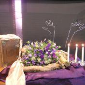 2015 Derde Lijdenszondag: We zien hoe de handen geopend zijn. Ze zijn open om alle ruimte te kunnen geven aan de schoonheid van de wet. De wet die begeerlijker is dan goud en zoeter dan honing zoals de psdichter dit bezingt. Jezus komt in de tempel en ziet dat het materiële goud belangrijker blijkt dan dat van de wet. Zijn handen vegen de tempel schoon om weer plaats te maken voor het goud van de leefregels van God. (de goudkleurige doek) De drie kaarsen verwijzing naar de 3de zondag.