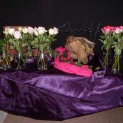 2015 Vierde Lijdenszondag: Het is de zondag waarop al iets van het licht van Pasen doorbreekt. (de rose bloemen) De psalmist bezingt de vreugde van het naar Godshuis gaan. Hij zingt over verlangen naar vrede en rust. Jezus laat zien wat vrede en rust betekend in het dagelijks leven, door veel mensen te eten te geven. Hij breekt en deelt uit; 5 broden en 2 vissen blijken meer dan genoeg te zijn. Hij laat zien dat delen betekent dat er licht doorbreekt, dat het blijdschap en geluk geeft. (Zijn handen leggen het breken en delen in de onze).