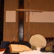 """2015 Stille Zaterdag: We bevinden ons in de schaduw van Jezus kruisdood. De handen geopend en iets naar elkaar gebogen, als in rust. We lezen verhalen over; """"Een weg van ondergaan én weer opstaan"""", en voorzichtig breekt het licht door van Pasen."""