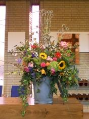 2015 Ark 45 jaar: De Ark bestaat 45 jaar. 16-9-2015 Vandaar de 45 verschillende bloemen. Ze verbeelden ook onze diversiteit. Jezus liet de grootheid zien van God. Dit stuk laat zien wat God doet op deze aarde. Het is een groot stuk. Apart en uniek. Net zoals God ons gemaakt heeft.