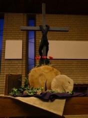 Goede Vrijdag 2017: De boomschijven staan voor het moment dat alles verandert. Werkelijk, deze mens was een rechtvaardige, zei de centurio. De rode anemonen onder het kruis staan symbool voor het bloed van Jezus. Het is volbracht. Hoe wonderlijk, uitzonderlijk is Uw liefde Heer. N.a.v. Hebreeen 10 en Lucas 23