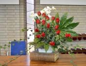 Huwelijk JEANINE en VINCENT 2017-9-1 Het Thema deze middag is: Onbetaalbaar. Maar dit stuk beeld ook Kostbaar en Waardevol uit. Toen ik jullie witte kaart zag met gouden blaadjes, moest ik gelijk aan klimop denken. De klimop staat voor Gods trouw en is eeuwig groen wat voor hoop, groei, leven en de toekomst staat. Jullie Bron van liefde, licht, leven en zegeningen is Jezus. Daarom staat het stuk op de bijbel, jullie rots, fundament en zekerheid, maar ook jullie houvast en kracht. God doorgrondt en kent jullie. Hij legt zijn handen op jullie. Dit word verbeeld door de grote bladeren. Eén staand als zegen en de ander als dragend. (naar Psalm 118) Orchideeën zien er altijd onbetaalbaar en kostbaar uit. Zij staan voor de heilige Geest, jullie unieke waarde en veel zegeningen. De rozen verbeelden de liefde en de hartstocht, naar elkaar en naar God. Maar ook vreugde, geluk en genegenheid die wij jullie toe wensen. Jullie zijn zo kostbaar in Gods ogen, zo waardevol. Daarom houd Hij van jullie. Blijf opgetogen zingen; Ga met God en Hij zal met jullie zijn. (Naar Jesaja 43: 4)