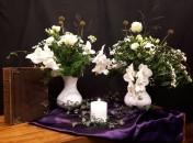 """Laatste Zondag van het kerkelijk jaar 26-11-2017: Het thema van vanochtend is: """"Op toppen van geloven"""" In de schriftlezingen spelen zich op twee verschillende bergen indrukwekkende gebeurtenissen af. Mozes beklimt voordat hij gaat sterven de berg Nebo en God zelf toont hem de nieuwe plek waar het volk Israël zal gaan wonen. En Jezus, die zich met enkele discipelen terugtrekt op een hoge berg. Zijn gelaat gaat stralen als de zon en zijn kleding wordt als wit licht wanneer hij Mozes en Elia ontmoet. Geloven is een innig en vast vertrouwen hebben in God en Gods woord. De twee bloemstukken verwijzen naar beide bergen. De witte kleur van de bloemen verwijzen niet alleen naar het gelaat en de kleding van Jezus, maar ze staan ook voor kracht, liefde en een nieuw begin. De geopende bloemblaadjes zijn een verwijzing naar de hemelpoort. Het paars in het kleed staat voor verdriet en rouw, terwijl de groenblijvende klimop als teken voor klimmen, vertrouwen en leven staat. De brandende kaars: Gedenk de mens die sterft in het licht van de Levende. Hij is in liefde geborgen bij de Eeuwige. N.a.v. Deuteronomium 34 en Mattheus 17."""