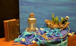 """1e advent, zondag 3 december 2017: Er zijn vandaag 2 thema's; bij de kindernevendienst is dat 'Begrijp je Gods liefde'? Het gaat over Jona. Vandaar ook het water en de boot. Er loopt een touw van de Godslamp en een touw van de boot. Die komen samen in een knoop. De knoop maakt de verbondenheid tussen God en mensen zichtbaar. Het andere thema; """"Middernacht's Zon"""" heeft een Schriftlezing over Het Koninkrijk van de Hemelen en Paulus en Silas. Beide hebben met advent te maken; een periode van verwachting en bezinning. De voorbereiding op Kerst, Het licht dat over ons zal stralen en een lamp voor onze voet is. Geloof in Jezus Christus, want Hij is het Licht. N.a.v. Jona 1, Jesaja 9."""