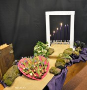 4e Lijdenszondag In gesprek over leven in overvloed. Vandaag branden er 4 kaarsen op de 4de Lijdenszondag. Er breekt licht door op weg naar Pasen; paars en wit maakt de roze kleur voor deze zondag in de schikking. De hartvormige schaal ligt helemaal vol met bloembolletjes waar we van mogen delen en genieten, en staat symbool voor al het goede dat God ons heeft gegeven in de schepping. Door Jezus' lijden en sterven kan God ons weer een goede en nieuwe wereld geven. Zo is zijn Rijk: meer dan genoeg van al het goede. God geeft het zomaar, om Jezus' wil. Zolang de mensen woorden spreken, zolang wij voor elkaar bestaan. Zolang spreekt De liefde haar eigen taal. N.a.v.; Deuterononium 6, Psalm 78, Johannes 6.