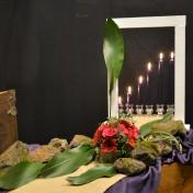 6e lijdenszondag: Open deur; Geloven met handicap'. Op deze Palmzondag, de 6e lijdenszondag, wordt belijdenis van het geloof aflegt. Dit heeft te maken met de keuze die door hem gemaakt is: zoals de mensen in Jeruzalem – zonder zich dat op dat moment bewust te zijn – in feite voor de keuze werden gesteld, of ze voor of tegen Jezus waren, zo bekent Wietze ook kleur. De palmtak staat voor de feestelijke intocht in Jeruzalem. De jute geeft de weg aan die Jezus moet gaan. De kleur rood staat voor het lijden: niet de ondergang, maar de overwinning van Gods Rijk. Jezus maakt het waar. De Heer zei tegen jou en mij: ik geef je een bijzondere taak. Ik heb jou al uitgekozen voordat je geboren was. Je hoeft voor niemand bang te zijn, want ik ben bij je. Zing maar en bid, en ga Gods wegen doe wat je hand vindt om te doen. Geprezen zij God. Ik zegen U in Jezus naam. N.a.v.: Johannes 12, II Timotheüs 4 en Jeremia 1.