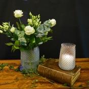 Laatste zondag kerkelijk jaar: Eeuwigheidszondag, zo wordt deze zondag ook wel genoemd. We gedenken hen die ons zijn voorgegaan in het Licht van Gods eeuwigheid. We zien aan de kaars dat het licht van Gods aanwezigheid verborgen kan zijn en er toch is. De witte rozen verwijzen naar de zuivere liefde van God voor ons. Op U alleen, God, stel ik mijn hoop. U bent mijn licht, mijn kracht, mijn vaste rots, mijn fundament. U bent de grond waarop ik sta. Halleluja.