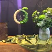 2e adventszondag 9 december 2018 Thema: 'Maria draagt in vertrouwen'. Je zal Maria maar zijn. Ze draagt nieuw leven. Dit prille begin en nieuwe leven wordt verbeeld door de enkele bloem. Vandaag is nu de helft van de krans bedekt met vingerplant: God draagt ons. De krans kent geen begin en geen eind, net als ons vertrouwen. De groene kaars (van de kindernevendienst) en de groene bloemen staan voor hoop en groei. Voor leven in de toekomst. Maria stelt geen vragen en in stille verwondering zegt ze tegen God: Wat u doet is goed. U wil ik dienen. Er komt van alles in beweging om haar heen. We mogen Gods aanwijzingen volgen, net als Maria, en in vertrouwen lichtdragers van Hem zijn.