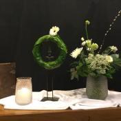 Kerst 25 december 2018. Thema: Geef Gods wonder door. Je zult Jezus maar zijn...Je geboorte is een geschenk voor heel de wereld. Daarom is er vreugde en feest. De laatste lichtdrager is de enkele witte bloem aan de voltooide krans. Geen begin en geen eind. De kring is rond. Het licht komt en het is Kerstfeest. De witte kaars van de kindernevendienst en de witte bloemen verbeelden dit. God heeft zijn barmhartigheid getoond en brengt het Licht.Het wonder is gebeurd, vertel het door als lichtdragers van God. Hij is bij ons. Zijn licht verlicht ons!