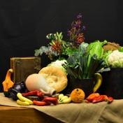 3 november 2019: Oogstdienst. In de overvloedige schikking verbeelden wij het verhaal van Elia en de weduwe. De kruik en potten met gewassen refereren ook aan het verhaal maar ook aan de oogstdienst van vandaag. Wij danken God door te delen met elkaar. Het woord en eten wat Hij aanbiedt, de oogst ieder jaar.