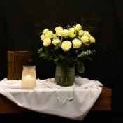 Laatste zondag van het kerkelijk jaar De kaars herinnert aan Hem die leeft in het Licht van de eeuwige. De witte rozen zijn een symbool van liefde en tevens van de vergankelijkheid van het leven. Straks wanneer de grote dag begint en het licht voor altijd overwint zal de hemel opengaan en ....... komt de Heer eraan.